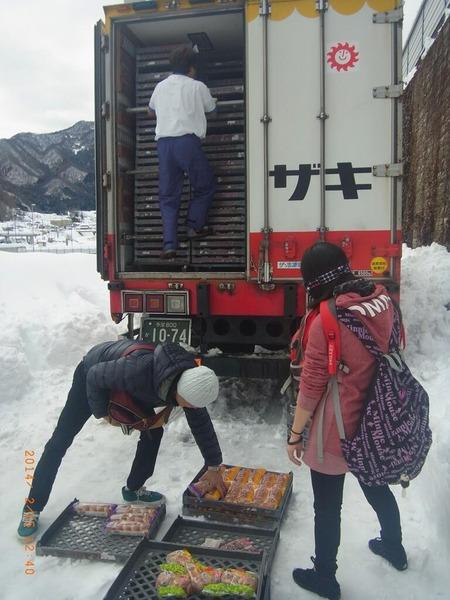 「山崎パンは例外です。他社を責めないで下さい」 山崎パンのトラックが積荷のパンを配れた理由のサムネイル画像