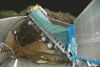 追突されたトラックがトンネルですごいことになってるのサムネイル画像