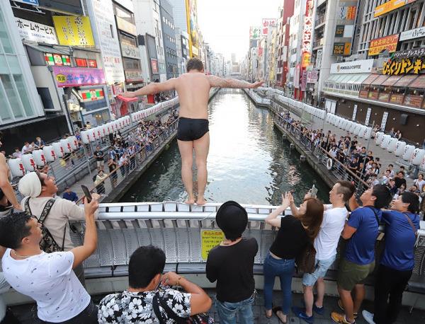 【驚愕】サッカーW杯、日本敗れる → 早朝の道頓堀が大変なことにwwwwwwwwwのサムネイル画像