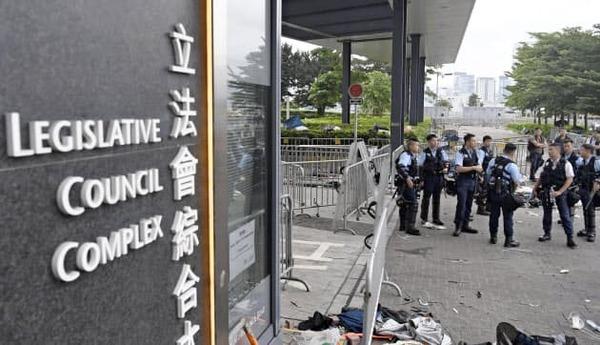 """【動画】香港で """"武力制圧""""が開始される!!!→とんでもない事態に・・・・・のサムネイル画像"""