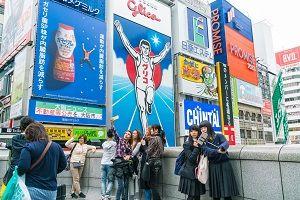 """【悲報】訪日中国人さん、生の日本人を見て""""ショック""""を受ける・・・・・・のサムネイル画像"""
