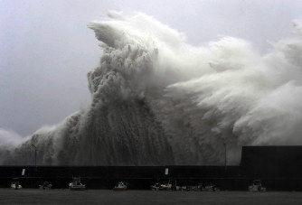 【これはひどい】大阪の駐車場、台風21号により吹き飛んだ車が多数!!!→ 画像がこちら・・・・・のサムネイル画像