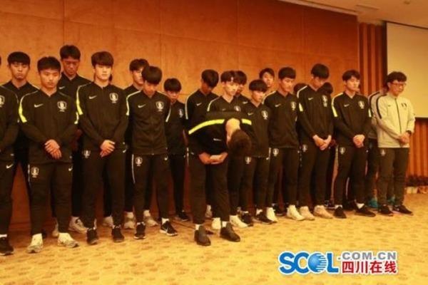 """【画像】サッカー韓国代表、優勝カップに""""と ん で も な い こ と"""" をして大問題に!!!!!!のサムネイル画像"""