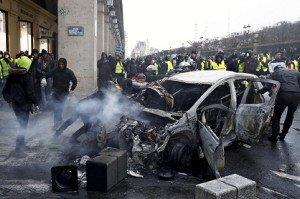 【フランス】「反マクロンデモ」激化!!!→ 死傷者や拘束された人の数がヤバい・・・・・のサムネイル画像