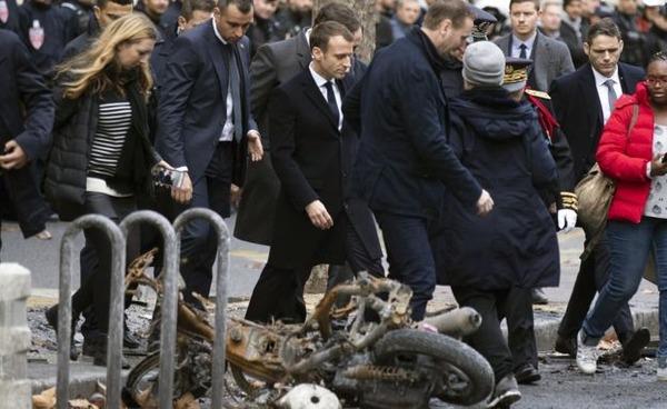 【画像】「フランスの象徴」マリアンヌ像がデモにより破壊される!!!!! のサムネイル画像