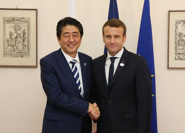 Shinzō_Abe_and_Emmanuel_Macron