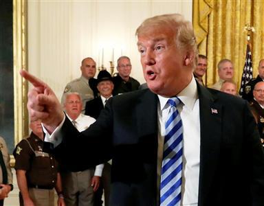 【悲報】トランプ大統領、靴に「とんでもないもの」を付けたまま歩くwwwwwwwwwwwwwwwwwwwのサムネイル画像