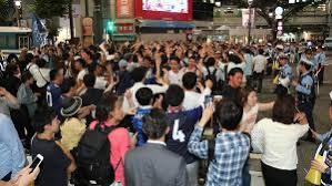 【W杯】渋谷スクランブル交差点、群衆が騒ぎまくった結果とんでもないことに・・・のサムネイル画像