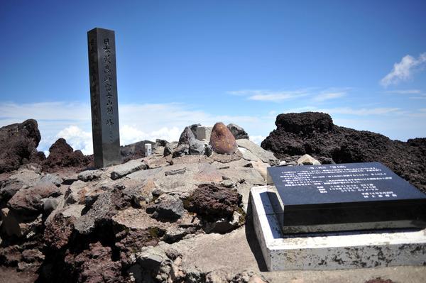 【速報】富士山山頂にて、意識不明の男性発見!!!→ ブルドーザーにより下山させた結果・・・・・のサムネイル画像