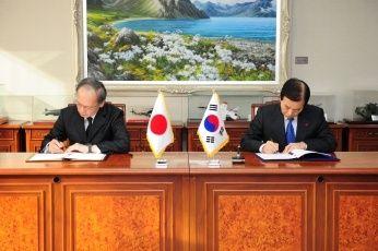 """【速報】韓国政府、日本との「協定」の""""見直し""""を示唆!!!!!!!!!のサムネイル画像"""