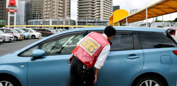 【猛暑】パチンコ店の炎天下の駐車場。車内に2歳くらいの女児。→ 従業員が救助しようとした結果・・・・・のサムネイル画像