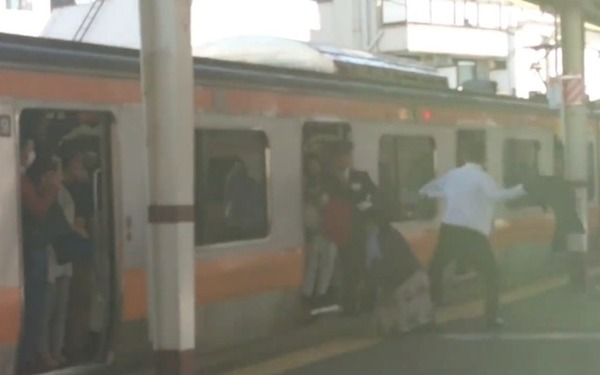 【驚愕】男性がJR中央線で「大暴れ」!!!→ 動画がヤバい・・・・・のサムネイル画像
