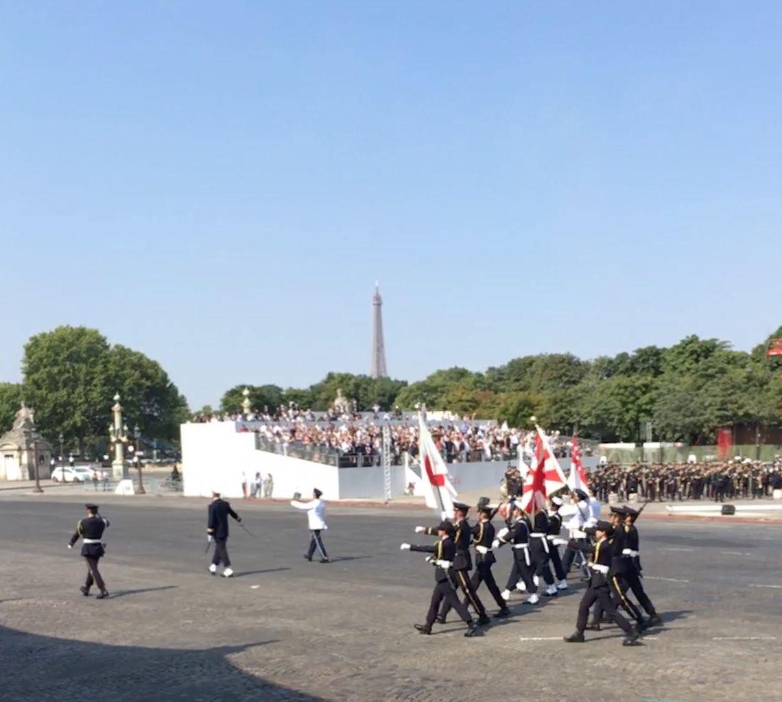 【画像】自衛隊、旭日旗を掲げて仏のシャンゼリゼ通りを行進!!!!!のサムネイル画像