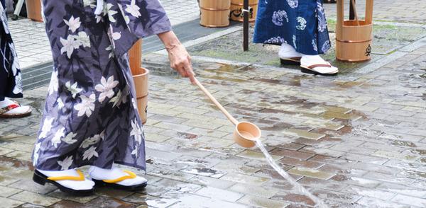 【驚愕】小池都知事「東京五輪は猛暑が予想されるので、打ち水作戦を行う!」→ その結果wwwwwwwwwwwwwwwwwwのサムネイル画像