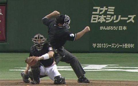 【動画】プロ野球球審、試合中に突然倒れ緊急搬送 → これはガチで心配・・・のサムネイル画像