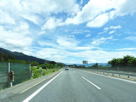 【画像】高速道路でキャンピングカー横転、4人搬送→すごい光景に・・・・・のサムネイル画像