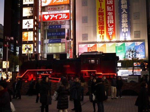 【悲報】新橋駅付近で女性連れ去り → 東京人さん、誰も助けず → その結果・・・のサムネイル画像