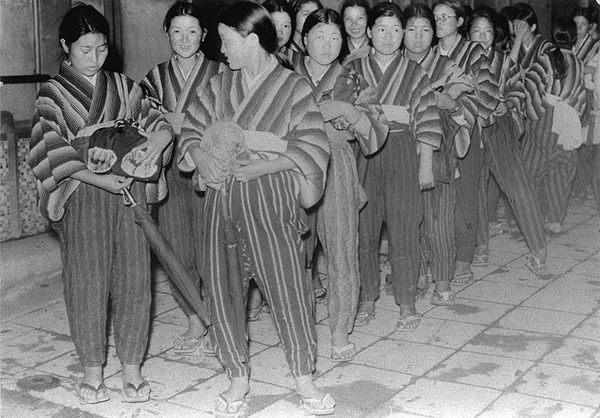 【画像】おい、外歩いてる女が全員もんぺみたいなの履いてるんだが、今戦時中なの? のサムネイル画像