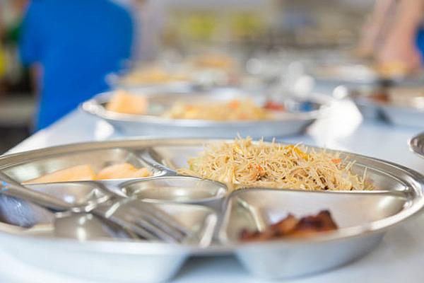 【驚愕】給食「完食」を教員らが指導 → 不登校などになった生徒の数が・・・・・