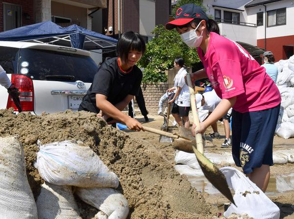 【悲報】豪雨被災地、3連休でボランティアが殺到 → とんでもない事態に・・・・・のサムネイル画像