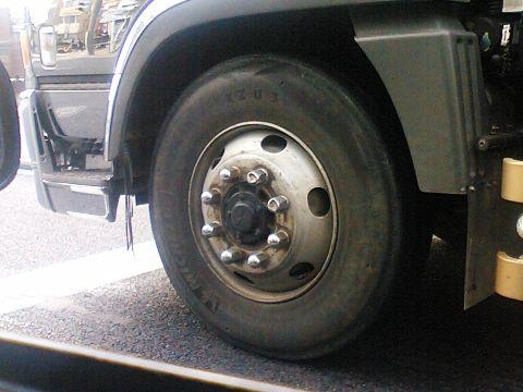 【北海道】10トントラックのタイヤが破裂!!!→ とんでもない事態に・・・・・