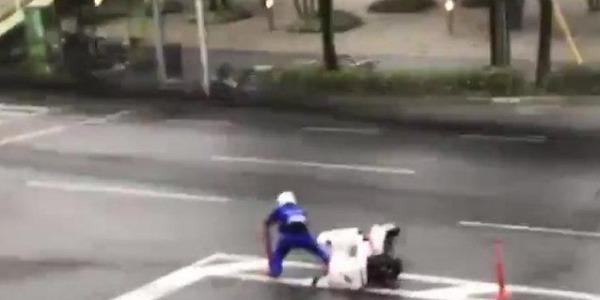 【動画】台風21号さん、宅配ピザの「ドライバー」を吹き飛ばす → その結果・・・・・のサムネイル画像