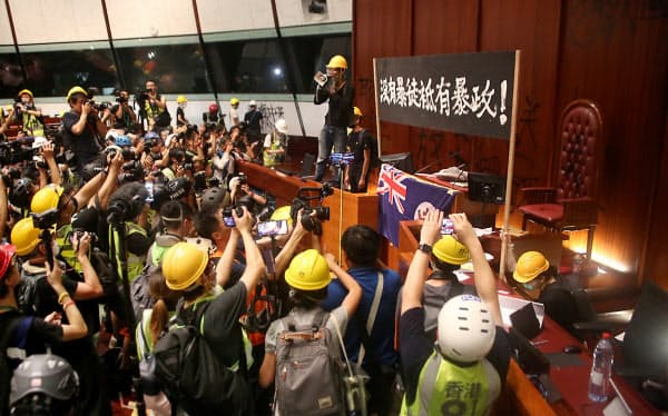 【香港デモ】ついに議場が占拠されるwwwwwwwwwwwwwwwwwww のサムネイル画像