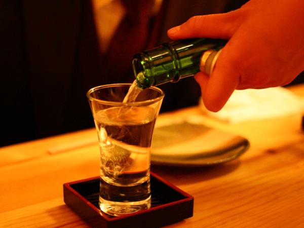 【悲報】女性の「ぼっち酒」はアリかナシかwwwwwwwwwwwwwwwwのサムネイル画像
