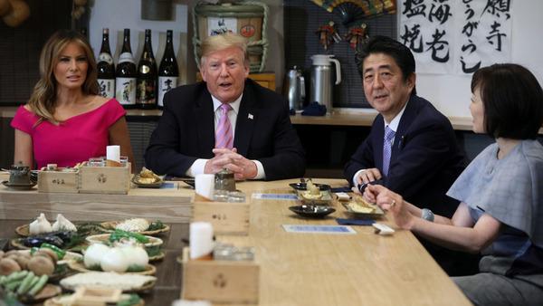 """【画像】日本の居酒屋を楽しむ""""チーム・トランプ""""御一行wwwトランプ抜きで楽しそうwwwwwwwwwwwwのサムネイル画像"""