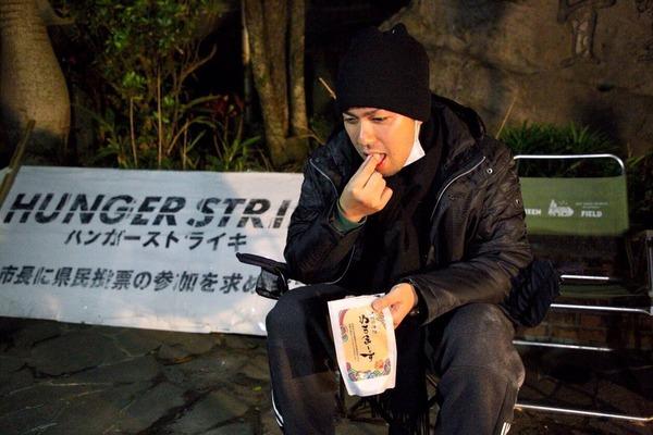 【画像】ハンスト中の元SEALDs、アレを摂取し始めるwwwwwwwwwwwwwwwwwwwwwwwwのサムネイル画像