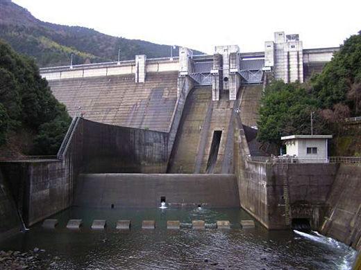 【愛媛】「ダムの放水量が増えるなんて聞いてない!」→ その末路が・・・・・のサムネイル画像