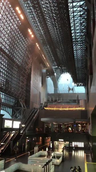 【速報】京都駅のガラスの天井、崩落してしまう・・・・・(動画あり) のサムネイル画像