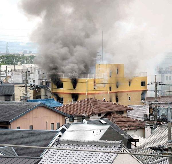 【京アニ火災】新たに10人超を心肺停止で発見 3階から屋上にかけてのサムネイル画像