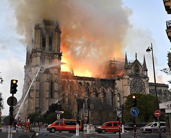 【速報】ノートルダム大聖堂、火災の原因が判明!!!あまりにもやばすぎるwwwwwwwwwwwwwwwのサムネイル画像