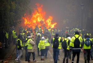 【動画】フランスのデモ、遂に警官隊が民衆側につくwwwwwwwwwwwwwwwwww のサムネイル画像