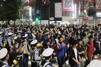 【悲報】渋谷に集結する「サポーター」→ ただ盛り上がりたいだけの人たちと言われてしまうwwwwwwwwwwwwwwのサムネイル画像