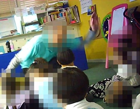 """【動画】認可外保育施設の""""外国人講師""""2歳男児への「暴行」がヤバい・・・・・のサムネイル画像"""