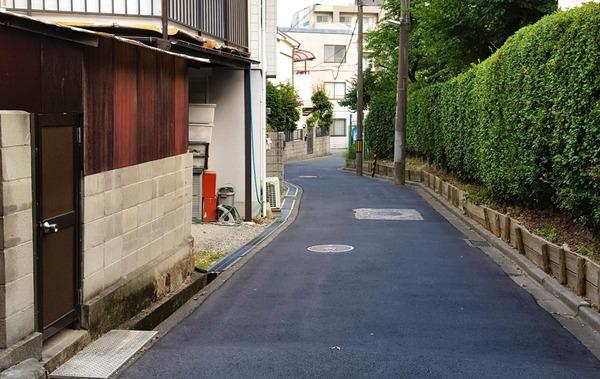 【愕然】女「道に停めてある車が邪魔だ!!!」→ とんでもない行動に出る・・・・・のサムネイル画像