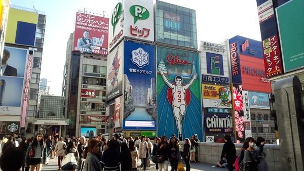 【画像】大阪・なんばグランド花月前で「飛び降り」騒動!!!→ 女性が壁によじ登り・・・・・のサムネイル画像
