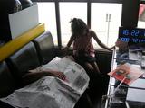 新聞紙で寝る
