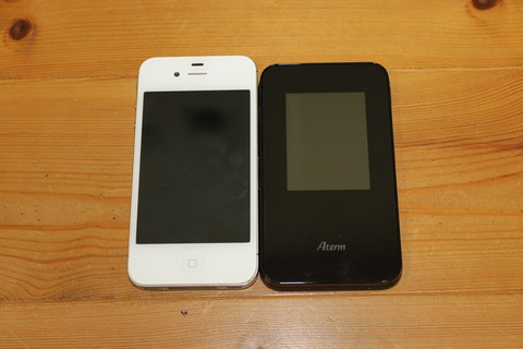 iPhone4sとAterm MR03LN大きさ比較