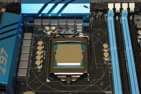 CPU固定レバーをゆっくり下す