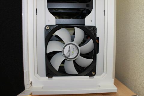 PCケースP280WhiteWindowにケースFANSilent 12PWMを