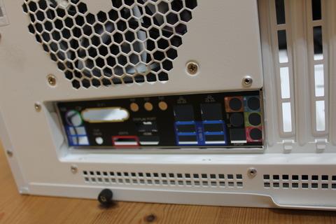 PCケース外側からバックパネルがはまったところ