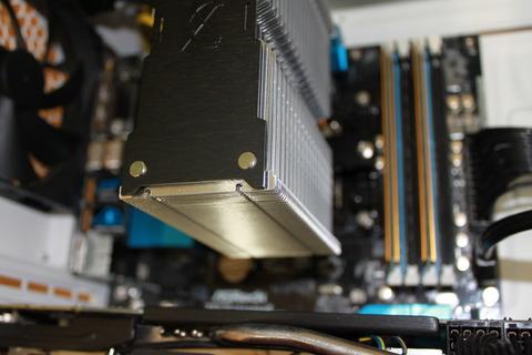 虎徹 SCKTT-1000 をCPUの上に載せてマウティンググバーで固定します