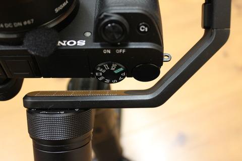カメラ上部もクロスアームに干渉しない