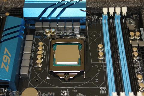 CPUを固定するのプレートを下しかぶせる
