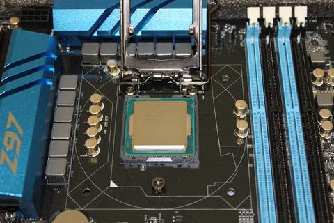CPUソケットにCPU置いた状態