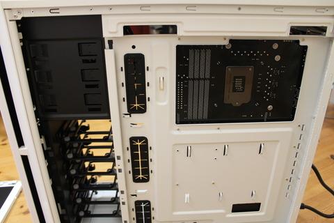 PCケース正面から右側のサイドパネルを開けたところ