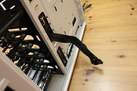 メイン電源ケーブルをケースの裏側へ